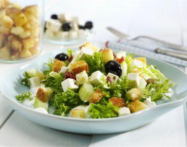 Salat-med-croutoner-yoghurt-og-salatost-med-oliven